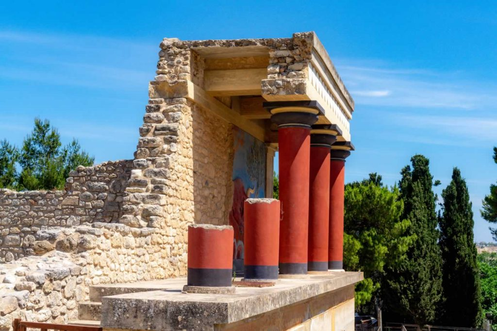 knossos palace red pillars
