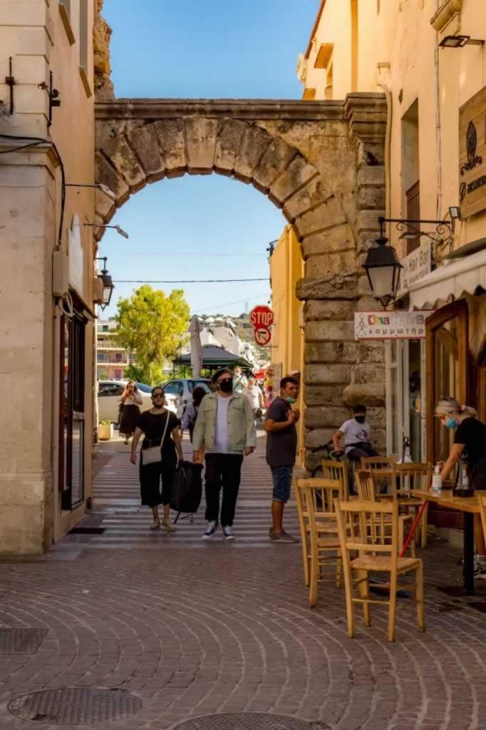 rethymno narrow street archway